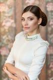 Stående av en härlig flicka på studion Royaltyfri Foto