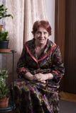 Stående av en härlig gammal kvinna hemma fotografering för bildbyråer