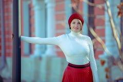 Stående av en härlig gladlynt kvinna utomhus arkivfoton