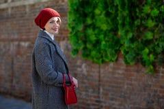 Stående av en härlig gladlynt kvinna utomhus royaltyfri bild