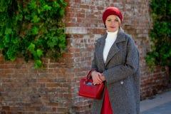 Stående av en härlig gladlynt kvinna utomhus arkivbilder