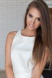 Stående av en härlig gullig försiktig härlig ung flicka med snövitt leende med ljus makeup i en vit märkes- klänning Royaltyfria Bilder