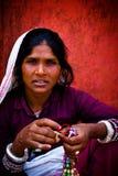 Stående av en härlig indisk kvinna Julian Bound Arkivfoton