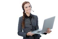 Stående av en härlig kundtjänstarbetare som rymmer en bärbar dator. Vit bakgrund. Royaltyfria Bilder