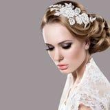 Stående av en härlig kvinna i bilden av bruden med blommor i hennes hår royaltyfri fotografi