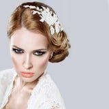 Stående av en härlig kvinna i bilden av bruden med blommor i hennes hår arkivbild