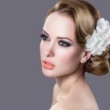 Stående av en härlig kvinna i bilden av bruden med blommor i hennes hår fotografering för bildbyråer