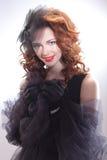 Stående av en härlig kvinna i en retro stil i svart klänning Royaltyfri Fotografi