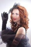 Stående av en härlig kvinna i en retro stil i svart klänning Royaltyfri Foto