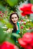 Stående av en härlig kvinna i en trädgård Royaltyfri Fotografi