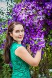 Stående av en härlig kvinna i en trädgård Royaltyfri Foto