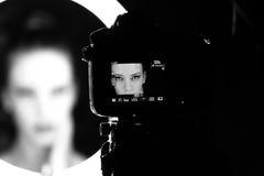 Stående av en härlig kvinna i studion, i kulisserna Arkivfoto
