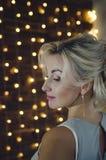 Stående av en härlig kvinna med blont hår profil arkivbild