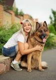 Stående av en härlig kvinna med hennes hund Arkivbild