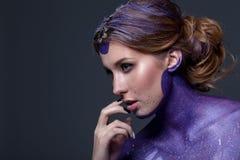 Stående av en härlig kvinna med idérikt hår och makeup Royaltyfri Foto