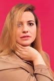 Stående av en härlig kvinna med långt blont hår Arkivfoto