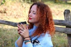 Stående av en härlig kvinna med rött hår och stängda ögon royaltyfri fotografi