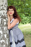 Stående av en härlig kvinna på naturen Arkivfoton