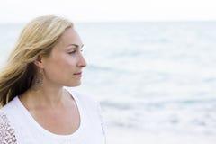 Stående av en härlig kvinna på stranden Royaltyfri Bild