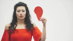 Stående av en härlig kvinna på en vitbakgrund Dåliga valentin dag Begreppet, modellen rymmer ett rött brutet