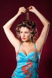 Stående av en härlig kvinna som gör hairdress Arkivbild
