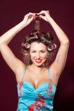 Stående av en härlig kvinna som gör hairdress royaltyfria bilder