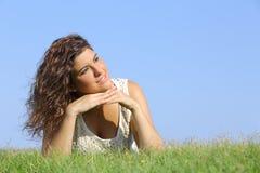 Stående av en härlig kvinna som ligger på gräset Royaltyfri Bild