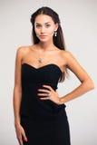 Stående av en härlig kvinnlig modell i svart klänning fotografering för bildbyråer