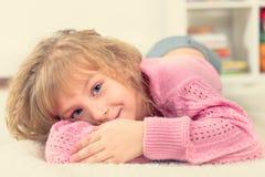 Stående av en härlig le liten flicka Arkivfoto