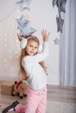 Stående av en härlig liten flicka i a i öronskydd i inten Fotografering för Bildbyråer