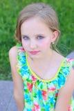 Stående av en härlig liten flicka med hår aftonen i ljus sommarklänning med smink Royaltyfria Foton