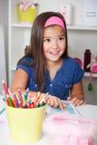 Stående av en härlig liten flicka som läser en bok Arkivbild