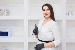 Stående av en härlig makeupkonstnär för ung kvinna i skönhetmottagningsrummet royaltyfria bilder
