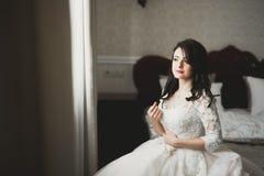 Stående av en härlig modebrud, sött och sinnligt Gifta sig smink och hår royaltyfri fotografi