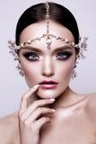 Stående av en härlig modebrunettbrud, sött och sinnligt Gifta sig smink och hår blåa ögon Arkivfoton