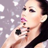 Stående av en härlig modekvinna med ljus makeup Arkivfoton