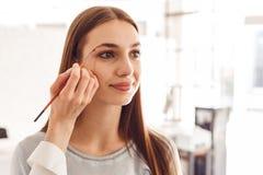 Stående av en härlig modell under ett ögonbrynkorrigeringstillvägagångssätt Arkivfoto