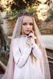 Stående av en härlig nymfdrottning av vita häxor i hennes bröllopsklänning med en skyla i kronan i den magiska skogen royaltyfria bilder