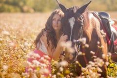 stående av en härlig och härlig flicka med fotografering för bildbyråer