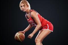 Stående av en härlig och sexig flicka med en basket i studio Sportbegrepp som isoleras på svart bakgrund royaltyfri fotografi