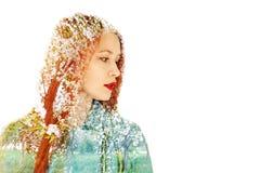 Stående av en härlig rödhårig flicka på en bakgrund av blomningträd begreppsvår fotografering för bildbyråer