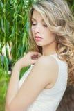 Stående av en härlig sexig flicka med stora fylliga kanter med vitt hår och ett vitt fullt långt finger royaltyfri bild