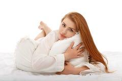 Stående av en härlig sexig flicka som ligger i säng i en mans skjorta Arkivfoton