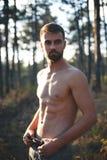 Stående av en härlig skäggig shirtless man i jeans Arkivbilder