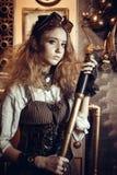 Stående av en härlig steampunkkvinna, med ett teleskop Royaltyfri Bild
