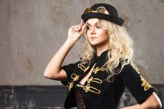 Stående av en härlig steampunkkvinnahatt-kastare hatt över grungebakgrund Royaltyfria Foton