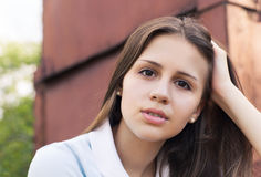 Stående av en härlig tonårig flicka i solnedgångljus Royaltyfri Bild