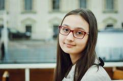 Stående av en härlig tonårig flicka med exponeringsglas arkivfoto