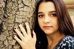 Stående av en härlig tonårig flicka med mörkt hår Fotografering för Bildbyråer