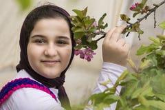Stående av en härlig tonårs- flicka som är utomhus- i en trädgård Arkivfoto